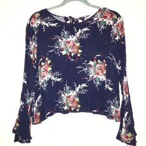 ♦️Lush blue floral top size medium